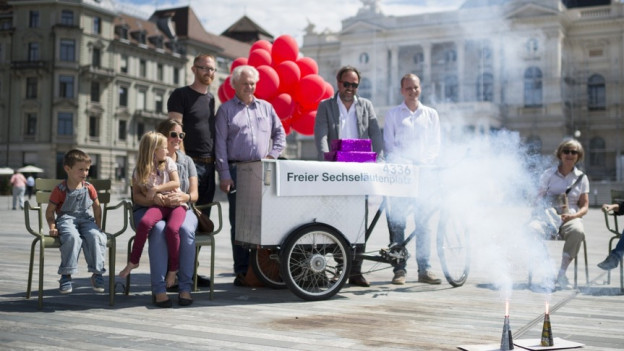 Die Initianten für einen «Freien Sechseläutenplatz» lassen auf dem Platz zwei Vulkane steigen bei der Unterschriftenübergabe.