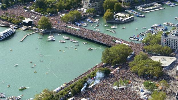 Eine Menschenmenge auf der Zürcher Quaibrücke aus der Vogelperspektive.
