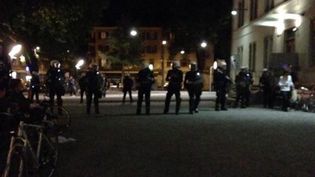 Polizisten in Kampfmontur bei einem nächtlichen Einsatz.