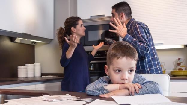 Streitende Eltern und ihr Kind.