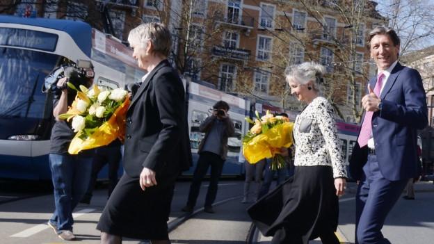 Die drei Regierungsräte Thomas Heiniger, Jacqueline Fehr und Carmen Walker Späh auf einem Fussgängerstreifen