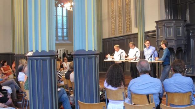 Diskussion um Flüchtlinge in der Helferein in Zürich