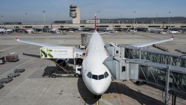 Der Flughafen Zürich soll Passagiere künftig weniger kosten.