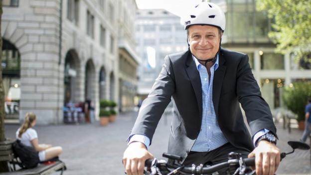 Lächeln bitte! Stadtrat Filippo Leutenegger macht es vor.