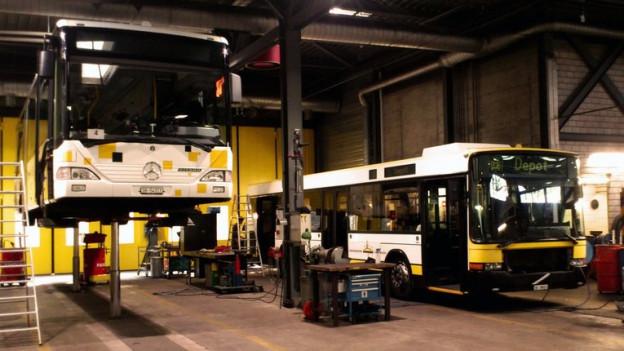 Zwei Busse der Schaffhauser Busbetriebe in der Garage.