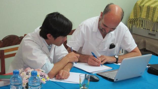 Voneinander lernen: Winterthurer Ärzte tauschen sich mit laotischen Kollegen aus.