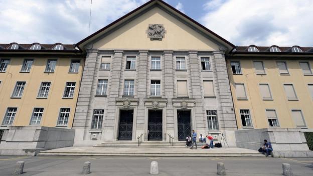 Fassade des Bezirksgebäudes Zürich an der Badenerstrasse.