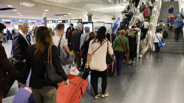 Zu Ferienbeginn sind Geduld und genüngend Zeit am Flughafen gefragt.