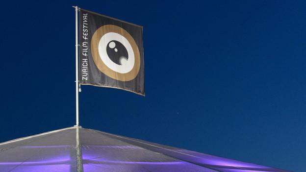 Eine Flagge mit dem Logo des Zurich Film Festival.