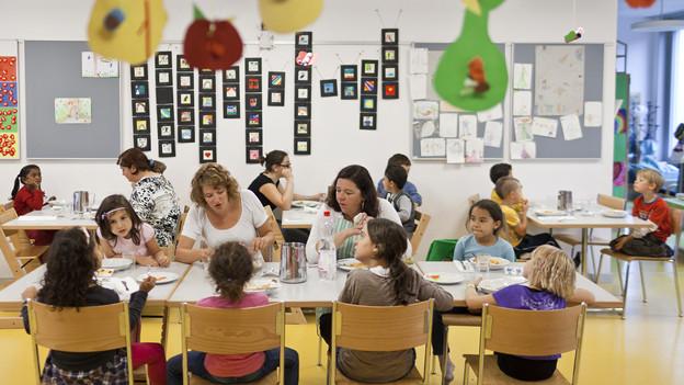 Kinder essen zMittag in einem Stadtzürcher Hort.