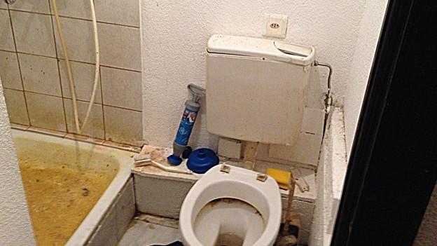 Dusche und WC in einer der völlig heruntergekommenen Wohnungen.