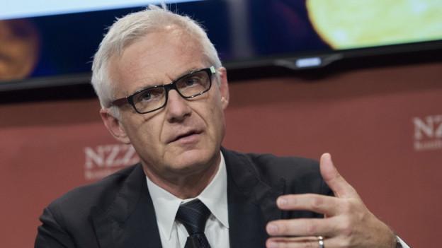 CS-Präsident Urs Rohner präzisiert die Abbaupläne.