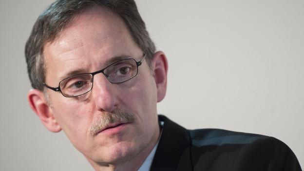 Portrait eines Mannes mit Schnauz und Brille