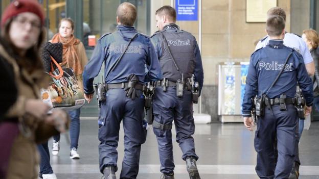 Polizisten patrouillieren im Zürcher Hauptbanhof.