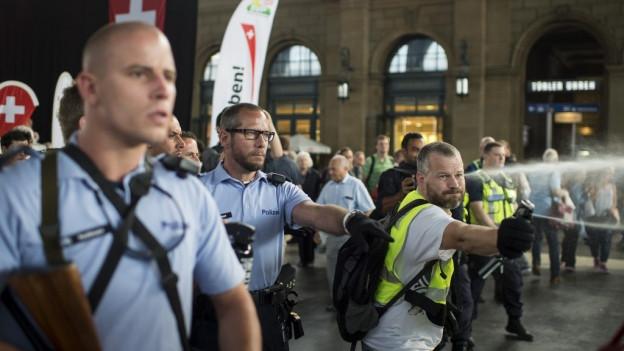 Polizisten mussten die Linksextremen aufhalten.