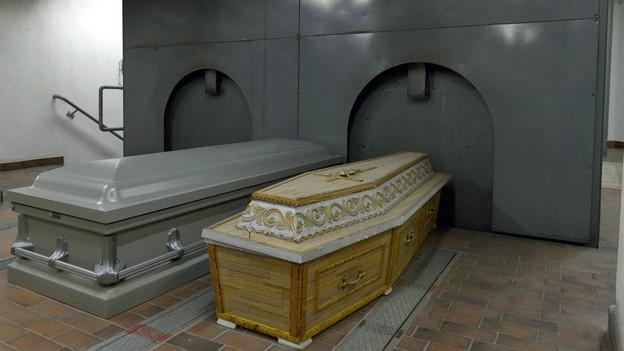 Zwei Särge stehen im Krematorium bereit.