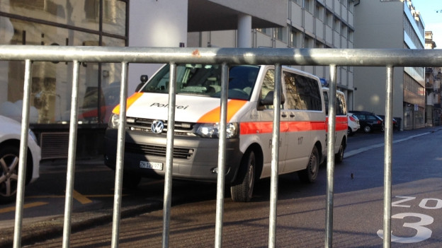 Die Polizei sperrte die Strasse vor der Schule ab.