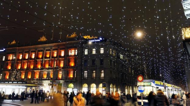 Die Bahnhofstrasse mit Weihnachtsbeleuchtung.