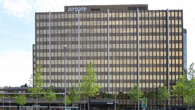 Frontansicht eines grossen, modernden Bürogebäudes.
