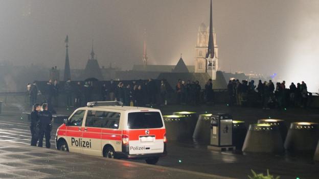 Silvester brutal: Polizisten wurden im Niederdorf von einem Mob angegriffen.
