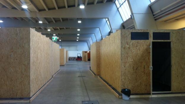 Die Flüchtlingshütten in der Halle 9 der Messe Zürich.