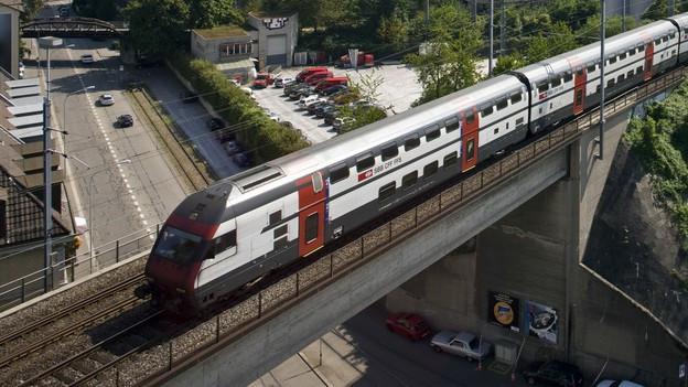 Doppelstockwagen auf dem Viadukt in Aussersihl