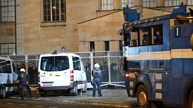Polizeieinsatz vor dem Kunsthaus: Demonstranten, die den Ort nicht räumen wollten, wurden kontrolliert.