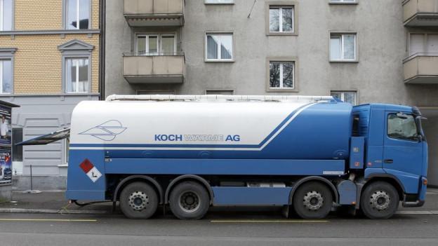 Ein Tanklastwagen mit Heizöl vor einem Wohnhaus.