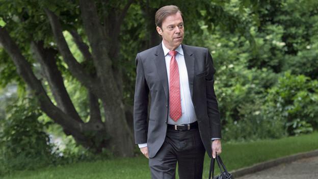 Christoph Mörgeli auf dem Weg zu einem Gerichtsprozess