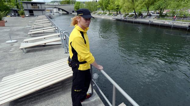 Ein Bademeister des Stadtzüricher Sportamtes blickt auf das leere Flussbad Oberer Letten.