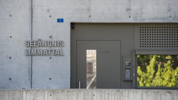 Betonwand des Gefängnisses Limmattal mit Tür und Fenser