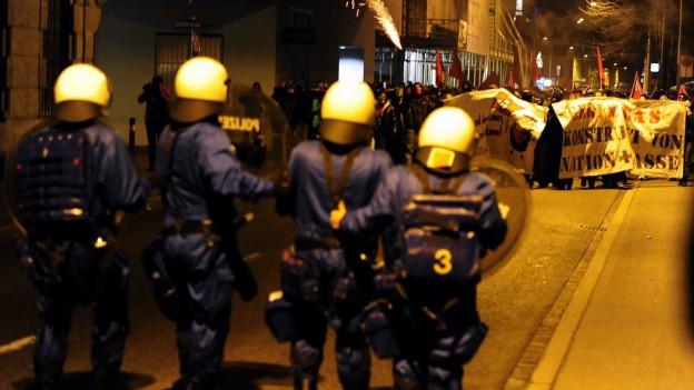 Polizisten am Einsatz an einer Demonstration (Archiv).