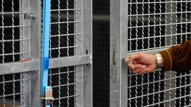 Eine vergitterte Sicherheitstür in einem Gefängnis.