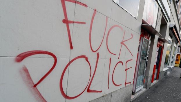 Sprayereien mit Schriftzug Fuck Police