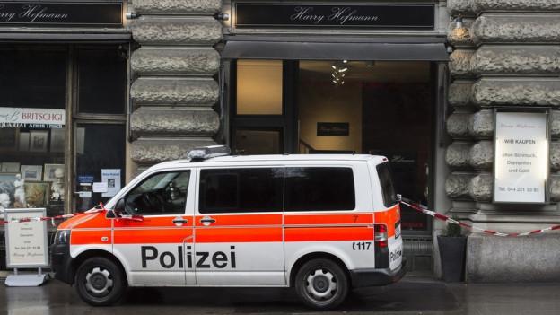 Ein Polizeiauto vor einer Bijouterie.