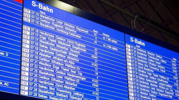 Eine Anzeigetafel der Zürcher S-Bahn mit Abfahrszeiten.