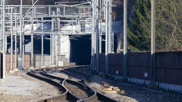 Bahnschienen mit Tunnel