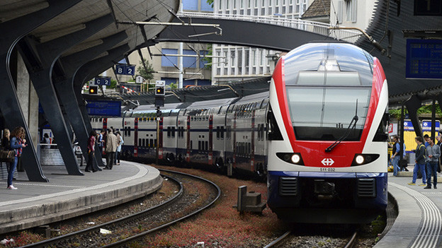 Ein S-Bahn-Zug bei der Einfahrt am Bahnhof Stadelhofen.