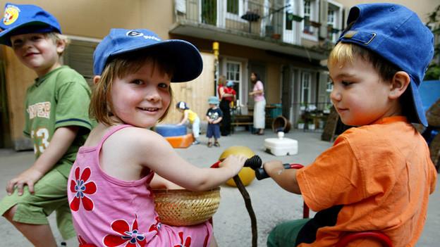 Kinder beim Spielen auf dem Hof einer Kinderippe in Bern.