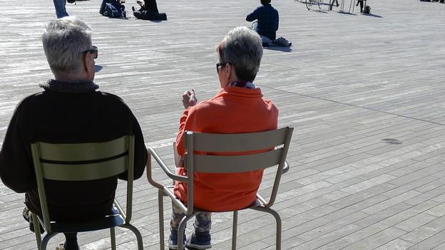 Zwei Senioren auf dem Zürcher Sechseläutenplatz.