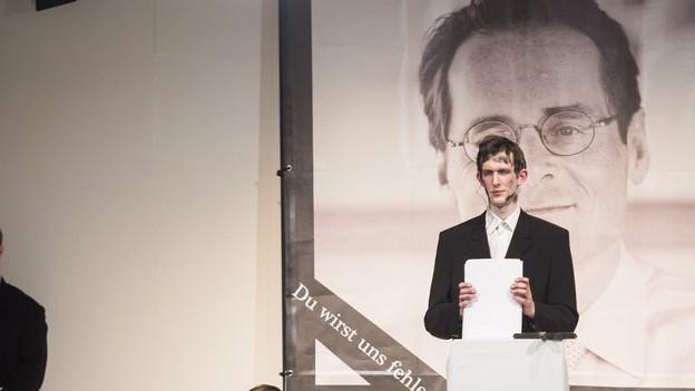 Die Kuenstlergruppe «Zentrum fuer politische Schoenheit» mit Philipp Ruch, Mitte, performt im Theater Neumarkt im Stück «Roger Köppel - Eine Abschiebung».