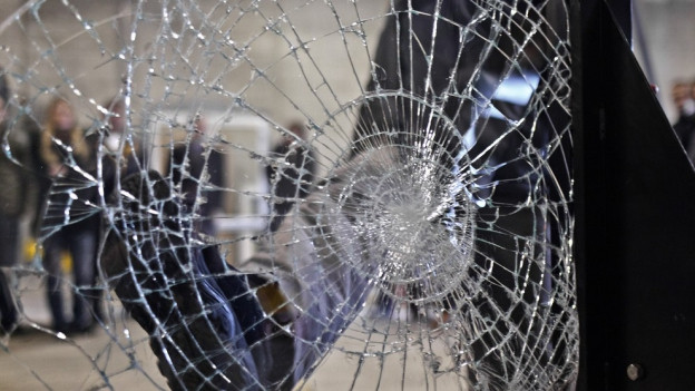 Ein zerschlagene Fensterscheibe