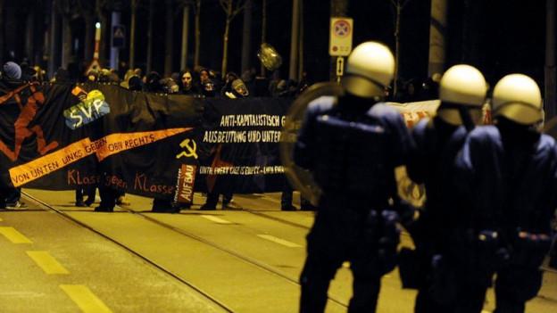 Polizisten und Demonstranten stehen sich gegenüber.