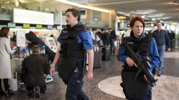 Wegen der Anschläge in Brüssel hat die Kantonspolizei ihre Präsenz am Flughafen Zürich erhöht.