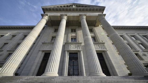 Ein klassizistisches Gebäude mit Säulen