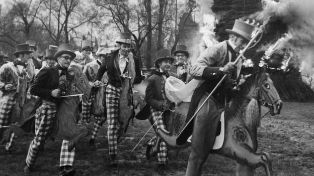 Aufnahme von 1965, als Zünfter wegen der Maul- und Klauenseuche auf Holzpferden um den Böögg rannten.