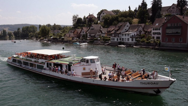 Ein Schiff auf dem Rhein bei Stein am Rhein
