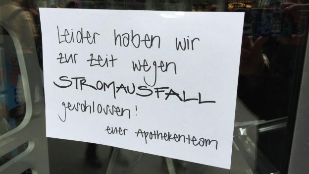"""Zettel an Schaufenster """"wegen Stromausfall geschlossen"""""""
