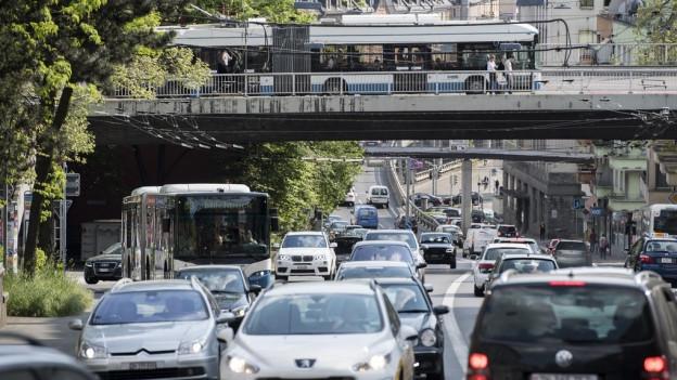 Die Rosengartenstrasse mit viel Verkehr.