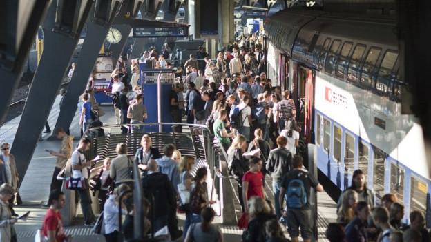 Menschenmassen warten am Bahnhof Stadelhofen auf ihren Zug.